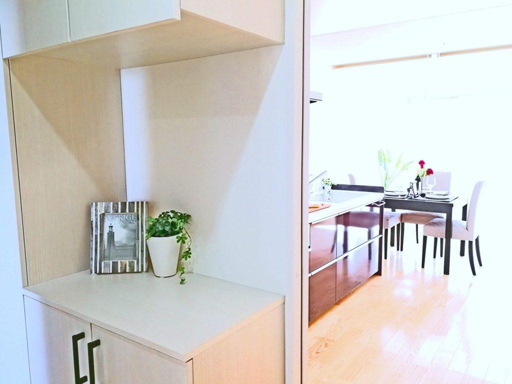 玄関の右の扉を開けるとキッチンに繋がっており、勝手口となっております